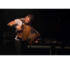 Claudio Capéo avec son nouvel accordéon Saltarelle